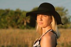Modelo femenino joven lindo atractivo con el pelo rubio que modela afuera por la playa Fotografía de archivo