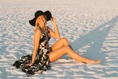 Modelo femenino joven lindo atractivo con el pelo rubio que modela afuera por la playa Imágenes de archivo libres de regalías