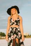 Modelo femenino joven lindo atractivo con el pelo rubio que modela afuera por la playa Foto de archivo