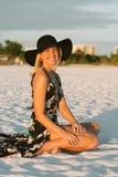 Modelo femenino joven lindo atractivo con el pelo rubio que modela afuera por la playa Foto de archivo libre de regalías