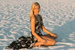 Modelo femenino joven lindo atractivo con el pelo rubio que modela afuera por la playa Fotos de archivo
