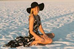 Modelo femenino joven lindo atractivo con el pelo rubio que modela afuera por la playa Fotos de archivo libres de regalías
