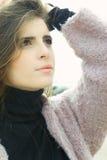 Modelo femenino joven magnífico que presenta mirando el cielo foto de archivo libre de regalías