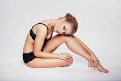 Modelo femenino joven que presenta en ropa interior negra Fotografía de archivo