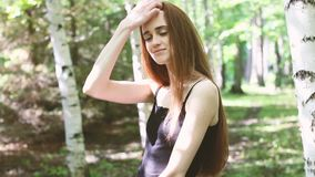 Modelo femenino joven que presenta en una arboleda del abedul almacen de video
