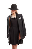Modelo femenino que lleva un sombrero negro Imagenes de archivo