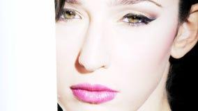 Modelo femenino que mira el tiro intenso del carro almacen de metraje de vídeo
