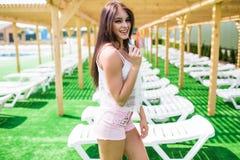 Modelo femenino que presenta por la piscina, retrato al aire libre del pelo largo hermoso Chica joven atractiva hermosa con la fi foto de archivo libre de regalías