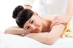 Modelo femenino relajado que consigue un masaje Imágenes de archivo libres de regalías