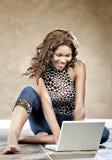 Modelo femenino usando la computadora portátil Foto de archivo