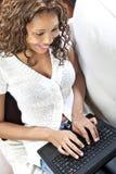 Modelo femenino usando la computadora portátil Imágenes de archivo libres de regalías