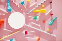 Modelo festivo del fondo del d?a de fiesta de los ni?os Fiesta de cumplea?os alegre con los dulces en fondo rosado fotos de archivo