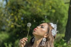 Modelo filipino em um campo da colza na primavera imagem de stock royalty free