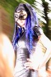 Modelo gótico de la muchacha en la prolongación del andén Foto de archivo libre de regalías