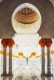 Modelo geométrico de pilares con las flores de cerámica adornadas y Imagenes de archivo