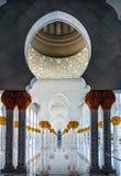Modelo geométrico de pilares con las flores de cerámica adornadas y Foto de archivo