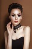 Modelo Girl da beleza da alta-costura com o espartilho do preto do cabelo e a colar morenos recolhidos do laço Fotos de Stock Royalty Free