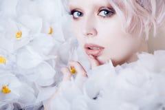 Modelo Girl da beleza da forma nas rosas brancas Noiva Criativos perfeitos compõem e penteado Fotografia de Stock