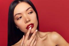 Modelo Girl de la belleza de la alta moda con brillo en los labios Barra de labios roja de la chispa y maquillaje perfecto Retrat fotos de archivo libres de regalías