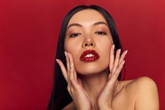 Modelo Girl de la belleza de la alta moda con brillo en los labios Barra de labios roja de la chispa y maquillaje perfecto Retrat imagen de archivo
