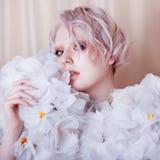 Modelo Girl de la belleza de la moda en las rosas blancas Novia Creativos perfectos componen y peinado fotos de archivo libres de regalías
