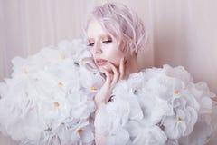 Modelo Girl de la belleza de la moda en las rosas blancas Novia Creativos perfectos componen y peinado imágenes de archivo libres de regalías