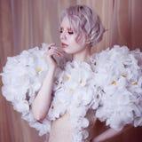Modelo Girl de la belleza de la moda en las rosas blancas Novia Creativos perfectos componen y peinado imagen de archivo