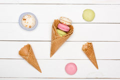 Modelo hecho en casa con los conos de la galleta, fondo de los macarons de los dulces Imágenes de archivo libres de regalías