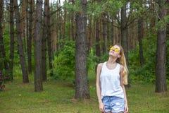 Modelo hermoso adulto de moda en shir amarillo del blanco del nd de las gafas de sol Fotos de archivo