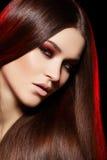 Modelo hermoso con el pelo recto largo y el maquillaje Fotos de archivo