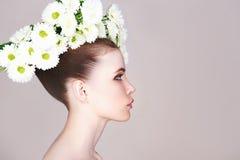 Modelo hermoso de la muchacha con las flores Fotografía de archivo libre de regalías