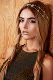 Modelo hermoso de la muchacha en la belleza del tiroteo del estudio Maquillaje del oro, pelo largo, top de oro caliente Imagen de archivo libre de regalías