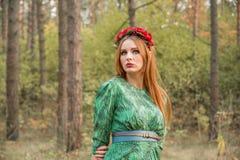 Modelo hermoso de la muchacha en hojas de otoño amarillas Foto de archivo libre de regalías