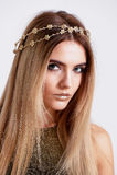 Modelo hermoso de la muchacha en la belleza del tiroteo del estudio Maquillaje del oro, pelo largo, top de oro caliente Fotografía de archivo libre de regalías