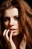 Modelo hermoso de la mujer con el pelo disheveled del volumen imagen de archivo libre de regalías