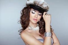 Modelo hermoso de la mujer con maquillaje, pelo rizado y jewelr de la moda Imagen de archivo libre de regalías