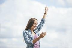 Modelo hermoso de la mujer con smartphone del teléfono móvil Imagenes de archivo
