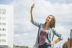 Modelo hermoso de la mujer con smartphone del teléfono móvil Foto de archivo libre de regalías
