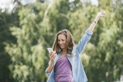 Modelo hermoso de la mujer con smartphone del teléfono móvil Fotos de archivo