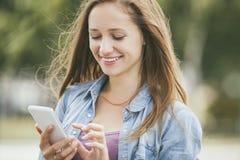 Modelo hermoso de la mujer con smartphone del teléfono móvil Imagen de archivo