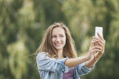 Modelo hermoso de la mujer con smartphone del teléfono móvil Imagen de archivo libre de regalías