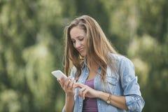Modelo hermoso de la mujer con smartphone del teléfono móvil Imágenes de archivo libres de regalías