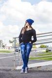 Modelo hermoso de la mujer en sombrero y gafas de sol en la ciudad Imagen de archivo