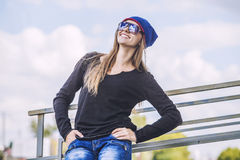 Modelo hermoso de la mujer en sombrero y gafas de sol en la ciudad Foto de archivo