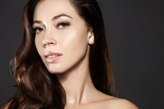 Modelo hermoso de la mujer joven con volar el pelo marrón del color Componga, peinado rizado Haircare, maquillaje fotos de archivo
