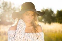 Modelo hermoso de la señora en campo en la salida del sol Fotografía de archivo libre de regalías