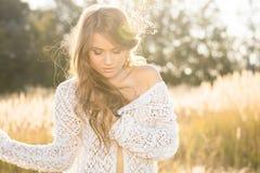 Modelo hermoso de la señora joven en campo en la salida del sol Imagen de archivo libre de regalías