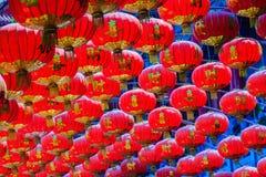 Modelo hermoso de las linternas rojas chinas adornadas en Wat Leng Foto de archivo libre de regalías