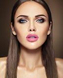 Modelo hermoso del encanto con maquillaje diario fresco con foto de archivo libre de regalías