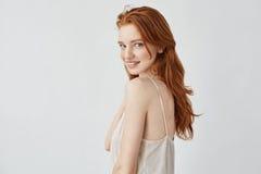 Modelo hermoso del pelirrojo con las pecas que sonríen mirando la cámara Foto de archivo libre de regalías